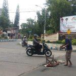 Sering Bikin Celaka, Warga Pasang Balai-balai di Lubang Jalan Depan DPRD Situbondo