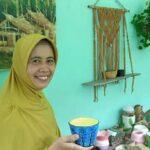 Ibu Rumah Tangga di Banyuwangi Ini Ubah Limbah Styrofoam Jadi Barang Kerajinan