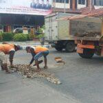 Setelah Dipasang Balai-balai oleh Warga, Jalan Berlubang di Depan DPRD Situbondo Diperbaiki