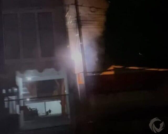 Dijilat Api dari Pembakaran Sampah, Kabel Listrik PLN di Bakesbangpol Jember Terbakar