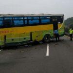 Ban Meletus, Bus Tabrak Guard Rail di Tol Sidoarjo Hingga Menutup Jalur Lawan