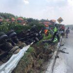 Bus Restu Seruduk Truk Tronton di Tol Sumo hingga Terguling, 1 Orang Tewas