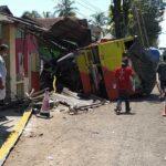 Diduga Sopir Ngantuk, Truk Bermuatan Gabah Seruduk Dua Rumah di Jember