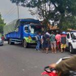 Melorot di Jalan Tanjakan Slawu Jember, Truk Fuso Hantam Dua Mobil di Belakangnya
