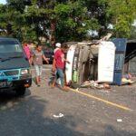 Sopir Mengantuk, Truk Terguling di Pantura Situbondo Setelah Tabrak Tronton