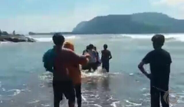 2 Orang Terseret Ombak di Watu Ulo Jember, Ayah Tewas, Anak Belum Ditemukan