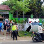 Mobil Brio Tiba-tiba Serong Kanan dan Terbalik di Selokan Jalur Bondowoso-Jember