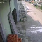 Terekam CCTV, Ibu-ibu Gendong Bocah di Mojokerto Curi Motor