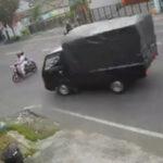 VIDEO: Detik-detik Pengendara Motor Tertabrak Pikap di Tulungagung