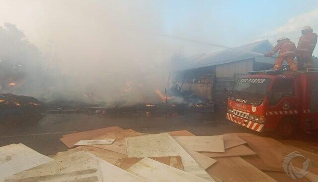 Gudang Tripleks di Probolinggo Dilalap Api, Diduga dari Pembakaran Sampah