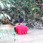 Ngabuburit, Remaja di Kabuh Jombang 'Gogoh' Ikan di Sendang Tlimo