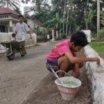 Remaja di Nglegok Blitar Ini Ngabuburit dengan Mempercantik Lingkungan