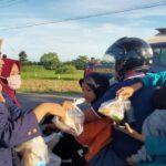 Mahasiswa di Pamekasan Ngabuburit Sembari Berbagi Takjil dan Masker