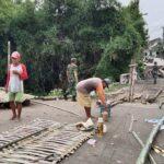 Sepekan Harus Memutar Jalan 4 KM, Warga Gunungsari Mojokerto Akhirnya Bikin Jembatan Darurat