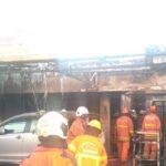 Diduga Alami Korsleting, Rumah-Kafe dan Mobil di Surabaya Terbakar