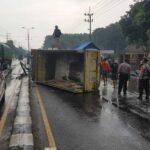 Selip di Trowulan Mojokerto,  Truk Tabrak PJU dan Terguliing