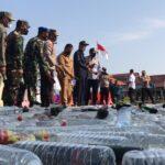 Ribuan Botol Miras Ilegal Digilas Alat Berat di Mapolres Mojokerto Kota