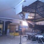 Plafon Ruang Tunggu KA Ekonomi Stasiun Pasar Turi Surabaya Ambruk