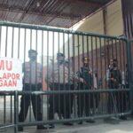 Pasukan Bersenjata Laras Panjang Siaga di Pintu Masuk Mapolresta Mojokerto