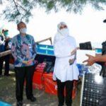 Bupati Banyuwangi Serahkan Bantuan 12 Kapal Fiber dan <em>Fish Finder</em> Kepada Kelompok Nelayan