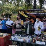 Jelang Lebaran, Polres Blitar Musnahkan Ribuan Botol Miras dan Bahan Petasan