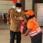 Wali Kota Blitar Bagi-bagi Bingkisan Lebaran untuk Jukir dan Tukang Becak