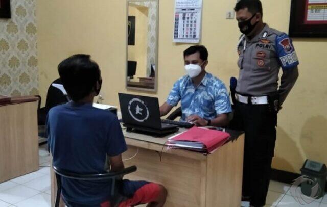Curi HP Saat Pemilik Berwudu, Aksi Penjual Ikan di Jember Ini Terekam CCTV