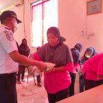 Pedagang Terdampak Larangan Mudik di Terminal Ngawi Terima Bantuan Sembako dari Petugas