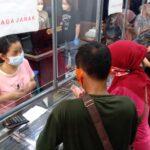 Jelang Lebaran, Toko Emas di Jombang Diserbu Pelanggan