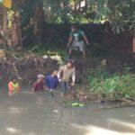 Waspada Banjir Musiman, Warga di Lumajang Ramai-ramai Bersihkan Aliran Sungai