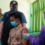 Tinjau Vaksinasi di MAN 1 Kediri, Bupati: Jangan Lengah Meski Covid-19 Melandai