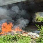 Berbau Busuk, Sampah Pemulung di Kolong Jembatan Brawijaya Kediri Dibakar Satpol PP